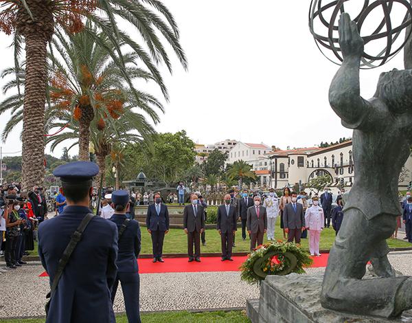 Presidente do Governo na cerimónia de deposição de flores no Monumento ao Emigrante Madeirense