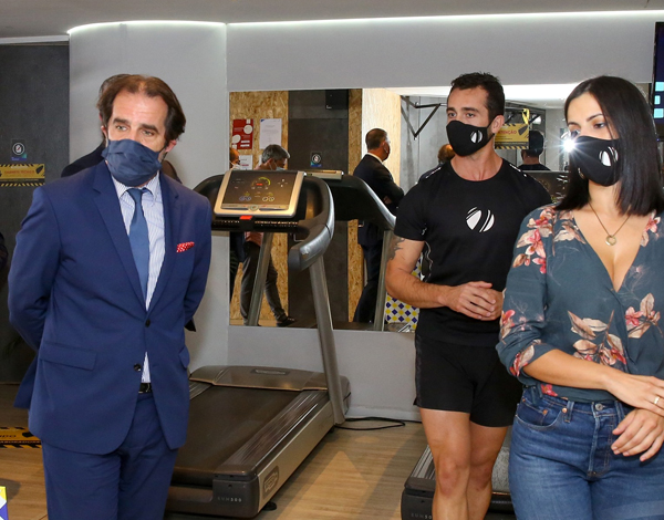 Presidente visita ginásio e local onde máscaras são embaladas