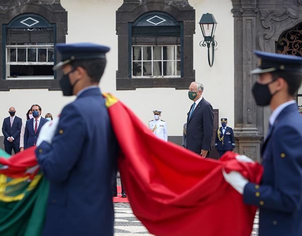 Albuquerque e Marcelo na cerimónia militar do Içar da Bandeira Nacional