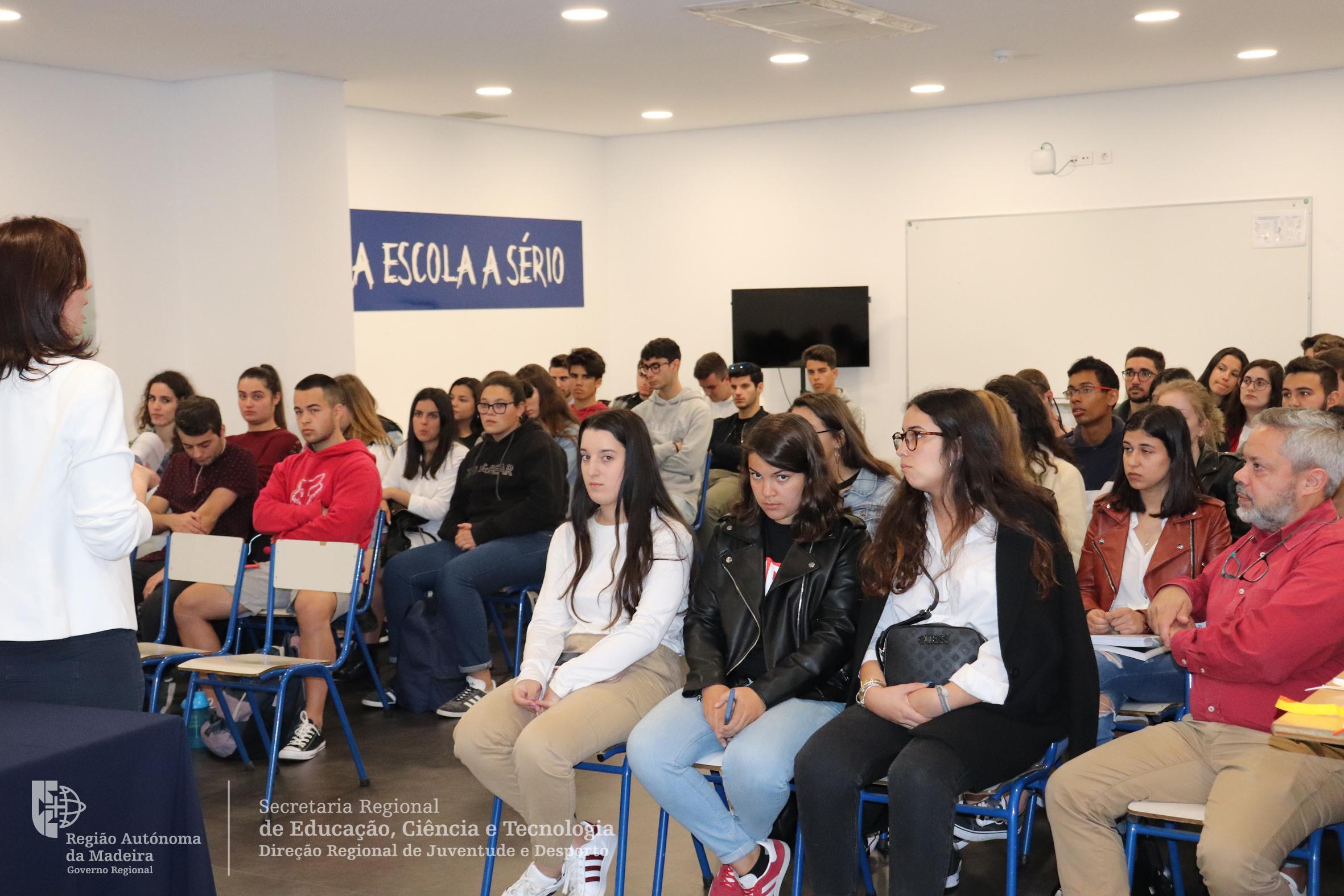 Alunos da Escola Profissional Atlântico interessados nos programas juvenis