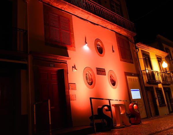 Saúde ilumina Secretaria e hospital com cor laranja para assinalar a segurança do doente