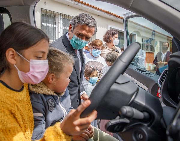 """Nova carrinha """"abre horizontes"""" às crianças e jovens da Nogueira"""