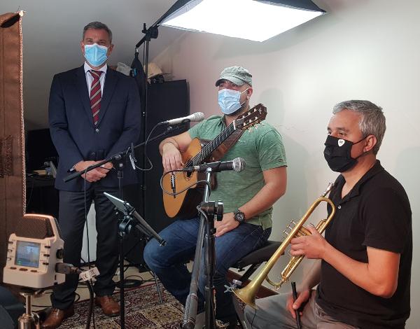 """Eduardo Jesus assiste a uma gravação  do projeto """"Streaming Sessions"""""""