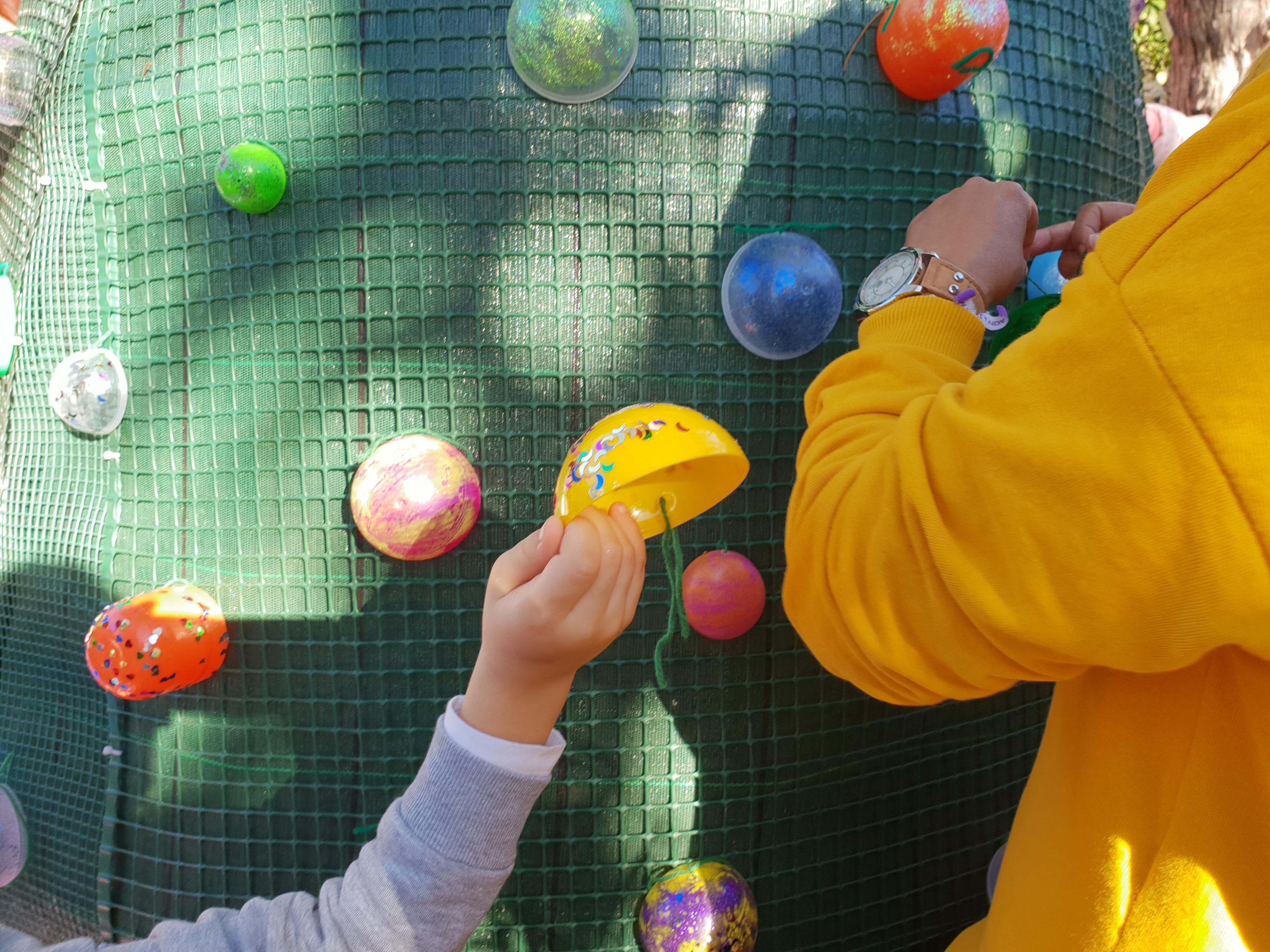 """Cerca de 250 crianças """" enfeitaram  a árvore de Natal"""", no Jardim Municipal, ao longo de dois dias"""