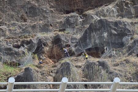 Pedra de grandes dimensões retirada da escarpa da Calheta (vídeo em anexo)
