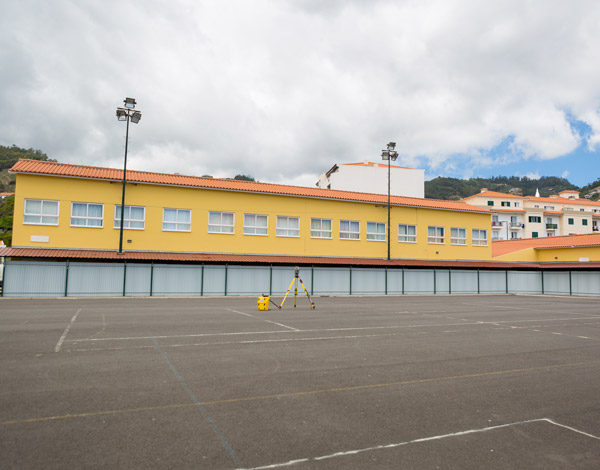 Escolas do Caniço, Santo António e São Roque ganham coberturas nos polidesportivos