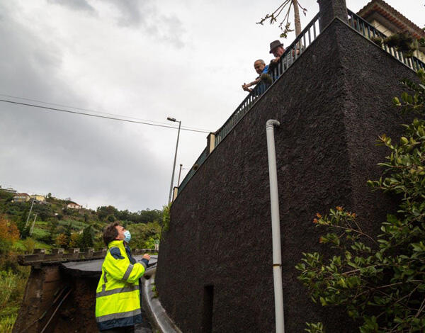 """Governo Regional vai avançar """"urgentemente"""" com a consolidação das margens da ribeira e reparação da estrada do Porto da Cruz"""