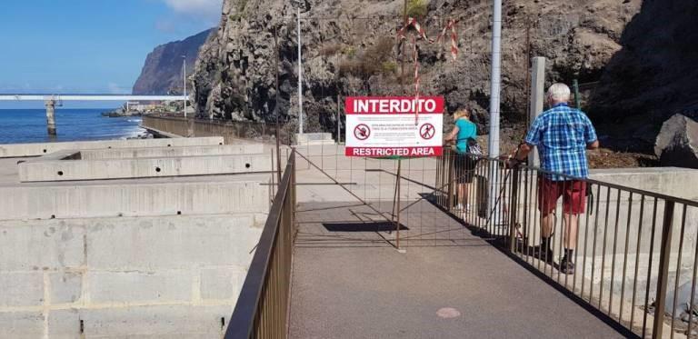 Promenade entre Praia Formosa e Câmara de Lobos em obras