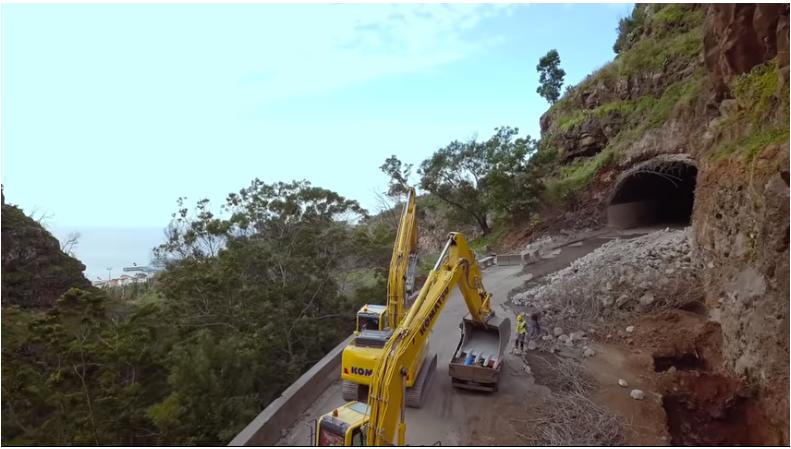 Vídeo mostra desmonte de parte da encosta sobranceira à ER 118