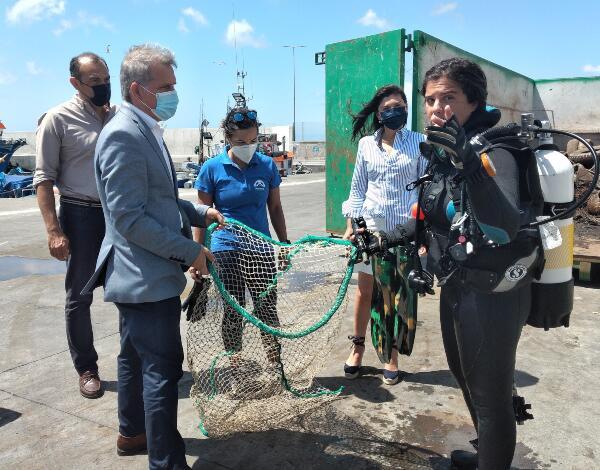 Limpeza do fundo do porto de pesca do Caniçal surpreende pela quantidade de pneus recolhidos