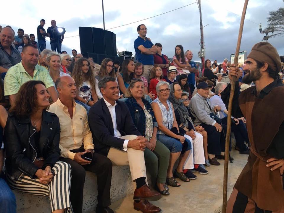 Turistas e residentes aplaudem desembarque de Colombo
