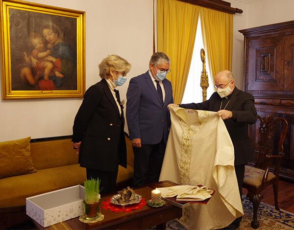 Paramentos episcopais com Bordado Madeira oferecidos ao Bispo do Funchal