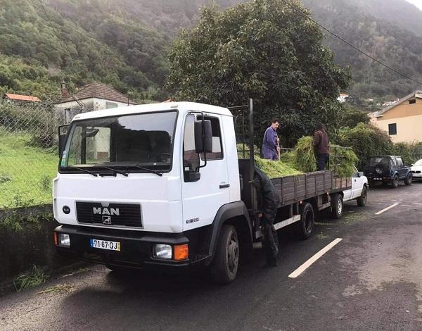 Governo entrega ração, erva e palha a produtor de leite da Ponta Delgada